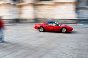 800px-ferrari_speeding__piazza_duomo