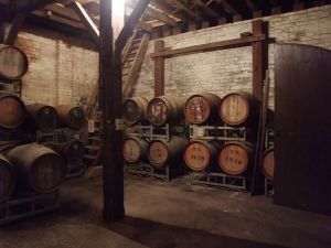 800px-small_garage_winerys_barrels