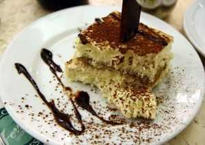 800px-tiramisu_with_cholocate_sauce_at_ferrara_in_little_italy_new_york_city