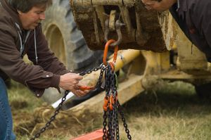 trench_safety_-_fastening_chains_to_raise_trench_box-2_9250653062